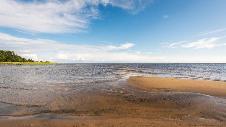 Hiekkaranta, meri ja lämmin kesäpäivä Hailuodossa.